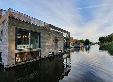 Moderne design woonboot in rustige omgeving