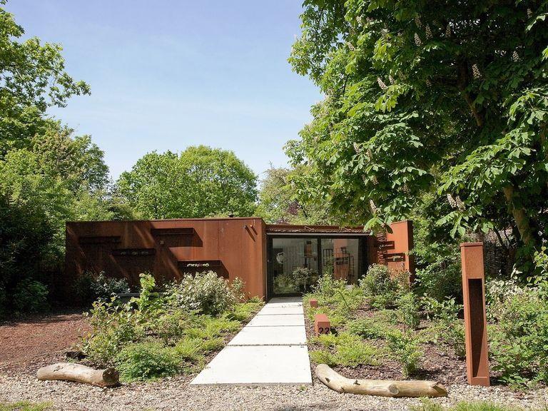 Een design bosvilla gemaakt van staal