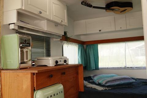 Terug naar de 60's in deze retro caravan