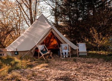 Familietent op camping in levendige omgeving