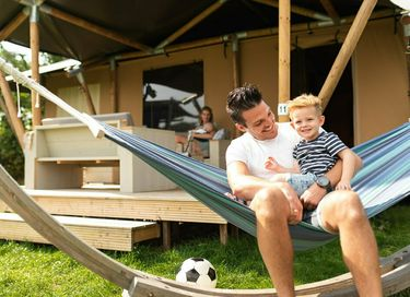 Grote glamping tent op gezellige camping