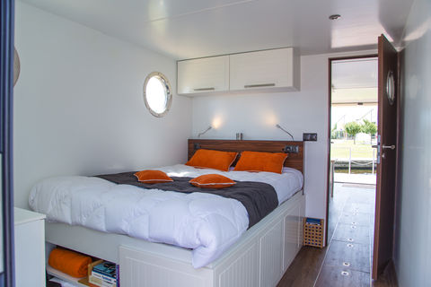Overnacht op een luxe huisboot met glijbaan