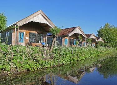 Grote vakantiehut aan het water in Friesland