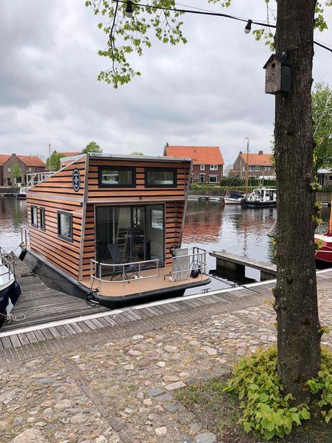 Genieten op water in deze Tiny Houseboat