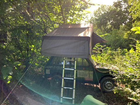 Ruime tent op het dak van een jeep