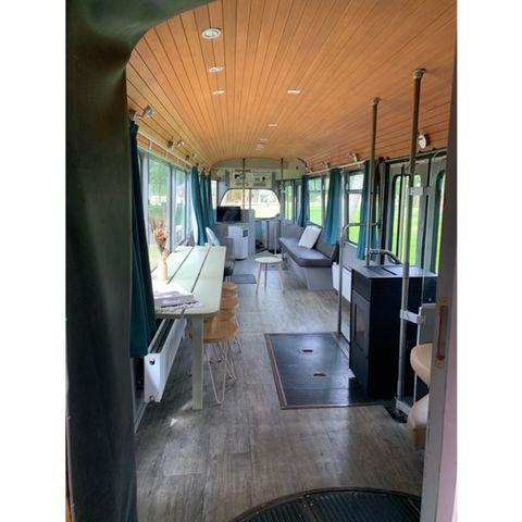 Met het hele gezin slapen in een tram