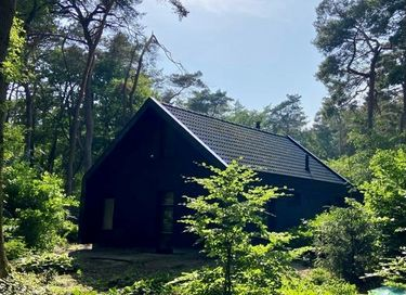 Design boshuis midden in de natuur