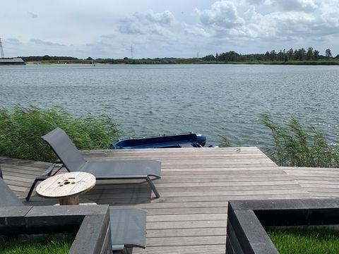 Luxe strandhuis aan het water incl bootje