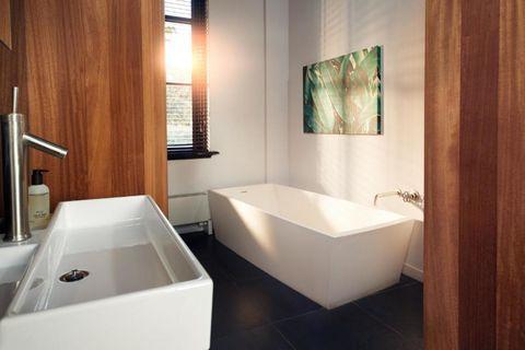 Huisje met design bad in oude buskruitfabriek