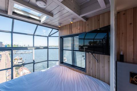 Geniet vanuit het mooiste bed in Amsterdam
