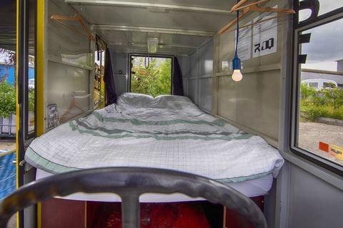 Overnacht in een oude SRV-wagen