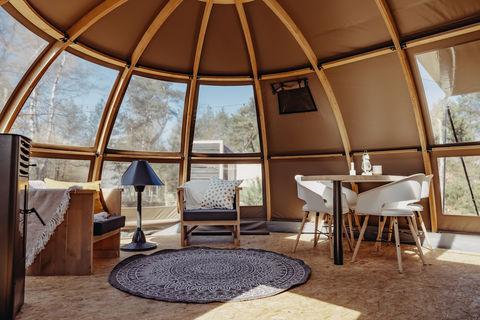 Grote glamping tent met panoramadak