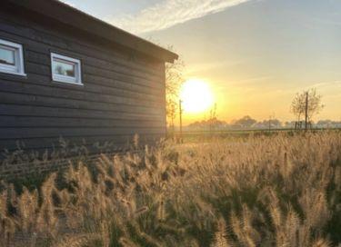 Slapen in modern vakantiehuisje op boerenerf
