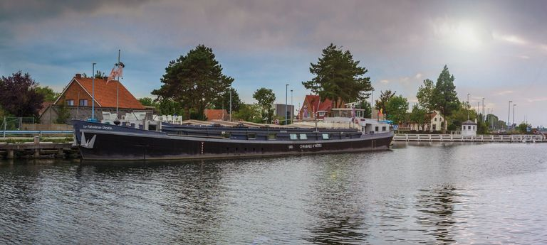 Bijzondere boot met zwembad en dakterras