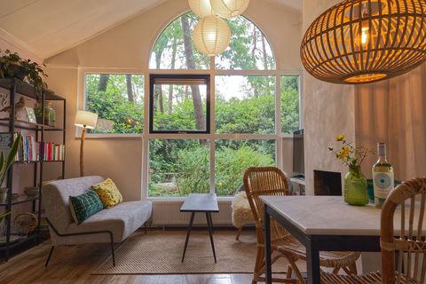 Romantisch boshuisje met open haard