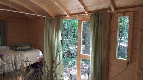 Pipowagen op een bosrijke Franse minicamping